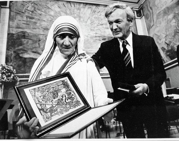 Mother-Teresa-receiving-the-Nobel-Peace-Prize-in-1979-7